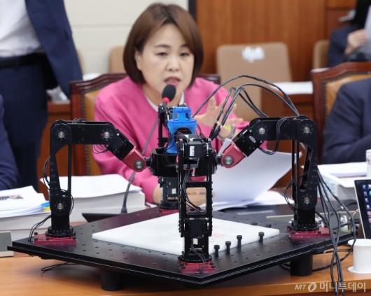 [사진]국감장에 등장한 공작기계