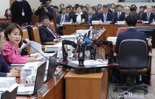 [사진]국정감사에 등장한 공작기계