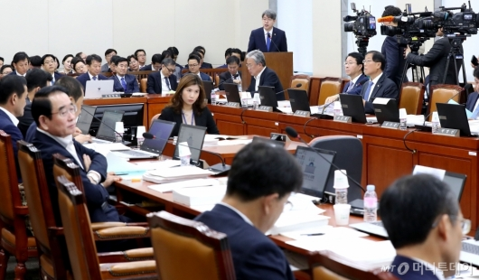 [사진]업무 보고하는 강신욱 통계청장