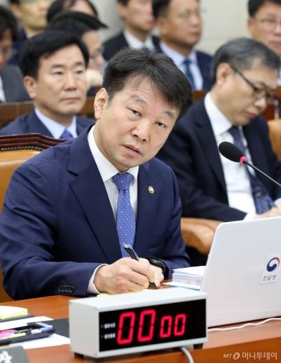 [사진]질의 경청하는 정무경 조달청장