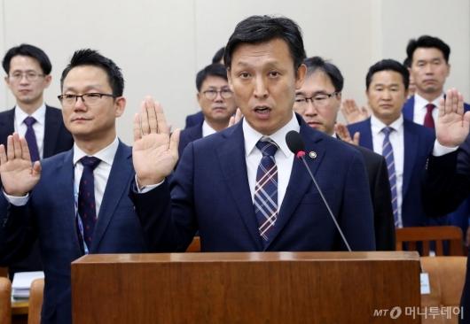[사진]증인 선서하는 관세청장