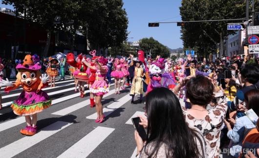 [사진]시민들과 즐기는 '해피 할로윈 파티 퍼레이드'