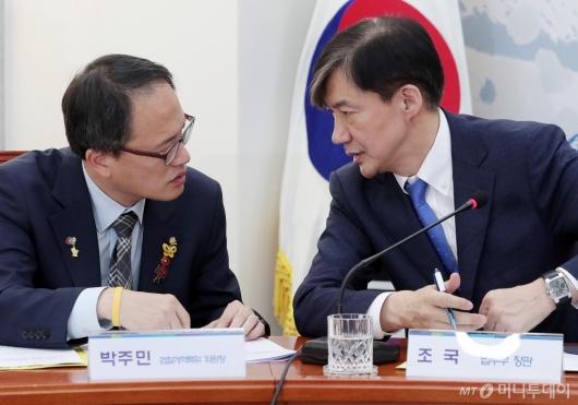 [사진]대화 나누는 조국-박주민