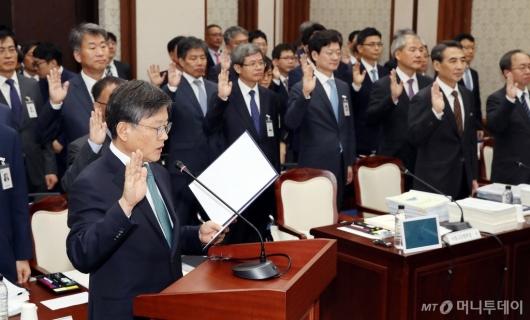 [사진]선서하는 김창보 고등법원장