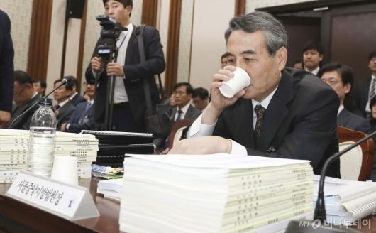 [사진]물 마시는 민중기 중앙지방법원장