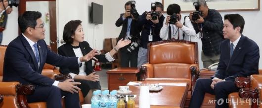 [사진]야당 목소리 경청하는 이인영