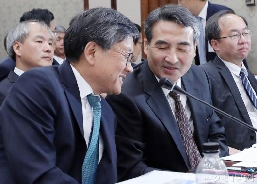 [사진]대화 나누는 김창보-민중기