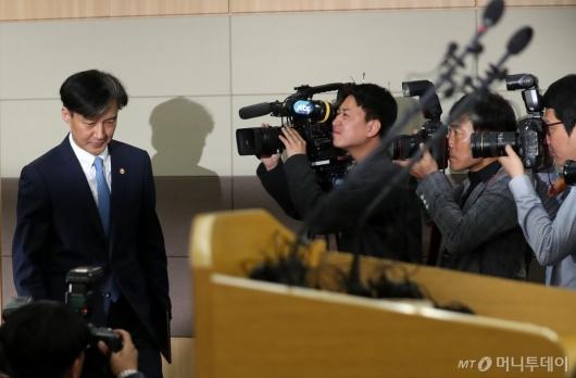 [사진]브리핑실 들어서는 조국 장관