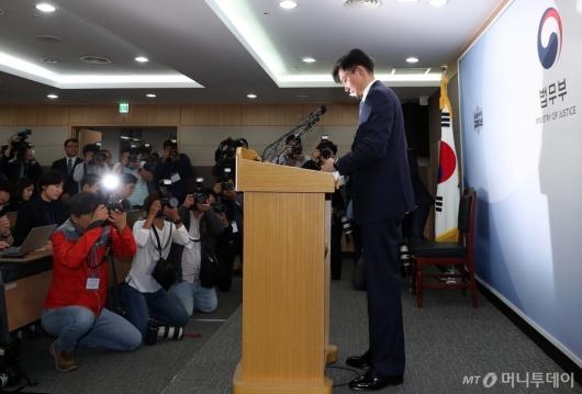 [사진]추가 검찰 개혁 세부안 발표하는 조국