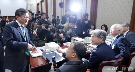 [사진]법원장들과 대화 나누는 김창보 고등법원장