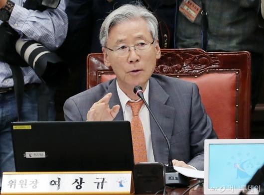 [사진]국감 진행하는 여상규 위원장