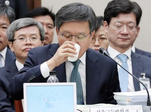 [사진]물 마시는 김창보 서울고등법원장