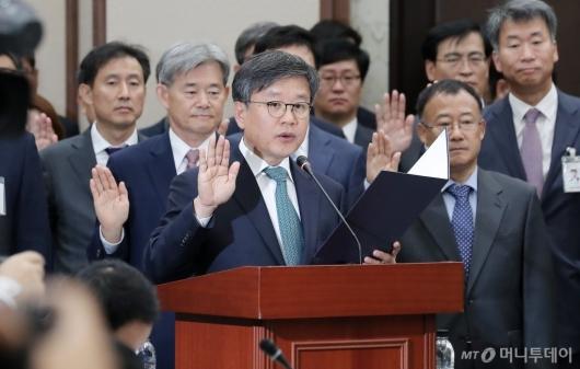 [사진]국감 선서하는 김창보 서울고등법원장