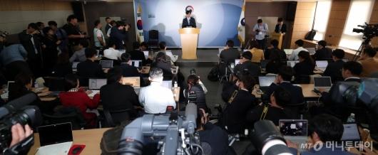 [사진]검찰 개혁안 발표 나선 조국 장관