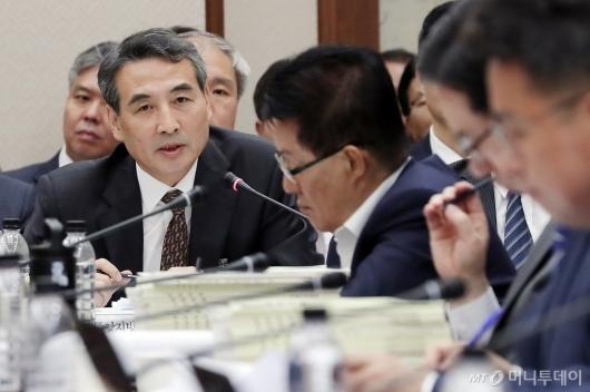 [사진]질의에 답하는 민중기 서울지방법원장