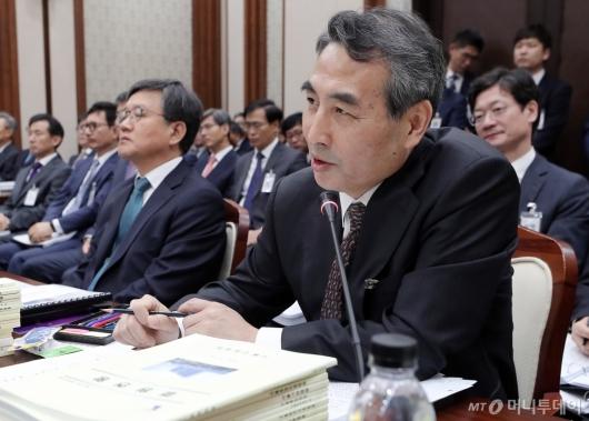 [사진]답변하는 민중기 서울지방법원장