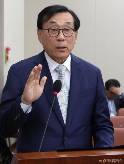 [사진]증인 선서하는 김상균 이사장