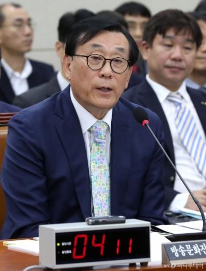 [사진]답변하는 김상균 이사장