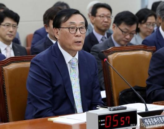 [사진]질의 답변하는 김상균 이사장