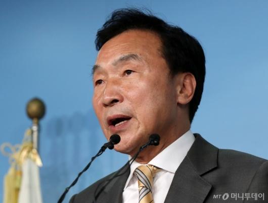 [사진]조국 사퇴 관련 입장 밝히는 손학규