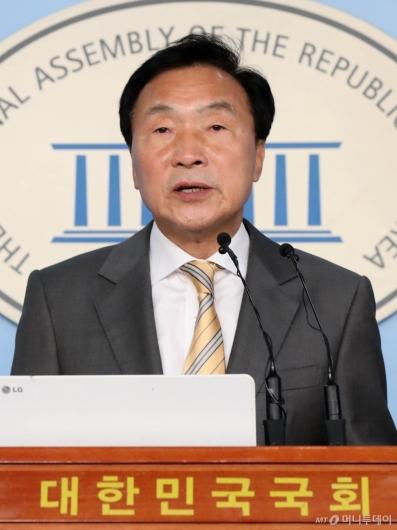 [사진]손학규, 조국 사퇴 관련 기자회견