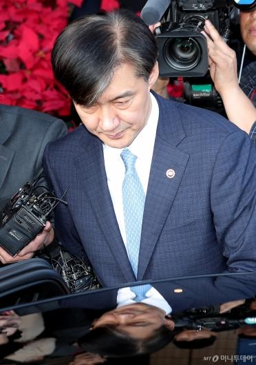 [사진]법무부 청사 떠나는 조국