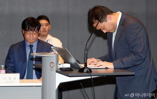 [사진]인사하는 원종준 대표