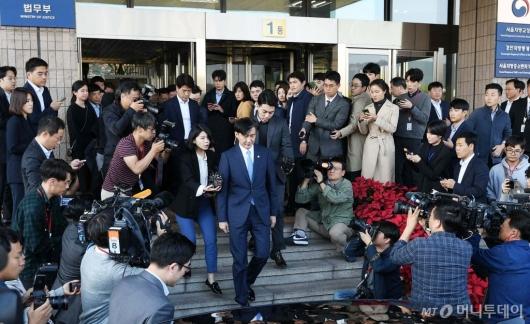 [사진]과천 법무부 청사 떠나는 조국
