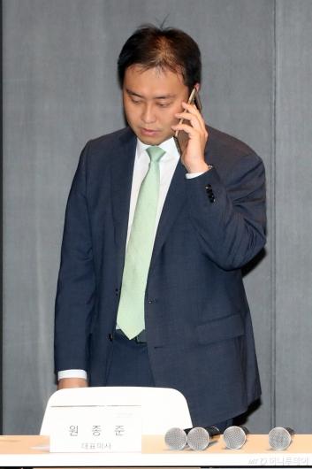 [사진]통화하는 원종준 대표