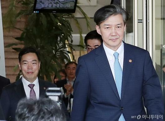 [사진]조국 장관 배웅하는 김오수 차관