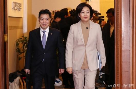 [사진]국무회의 참석하는 박영선-김오수