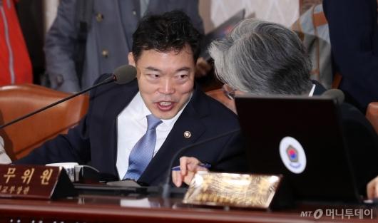 [사진]대화 나누는 강경화 장관-김오수 차관