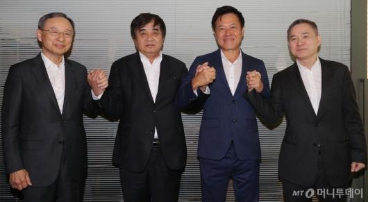 [사진]손 맞잡은 방통위원장-이통3사 대표