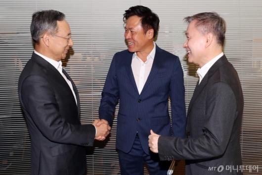 [사진]인사하는 이통3사 대표들