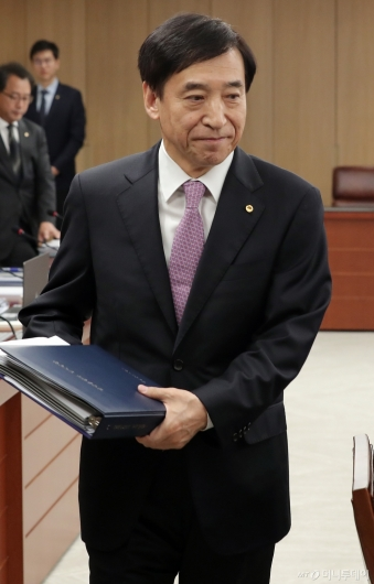 [사진]금통위 참석하는 이주열 총재