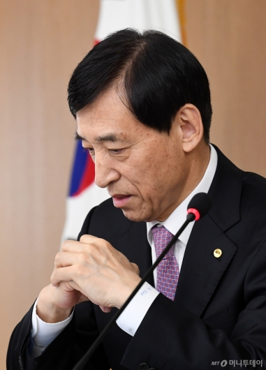 [사진]이주열 총재, 10월 금통위 참석