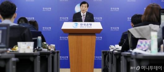 [사진]이주열 총재 '기준금리 인하 브리핑'