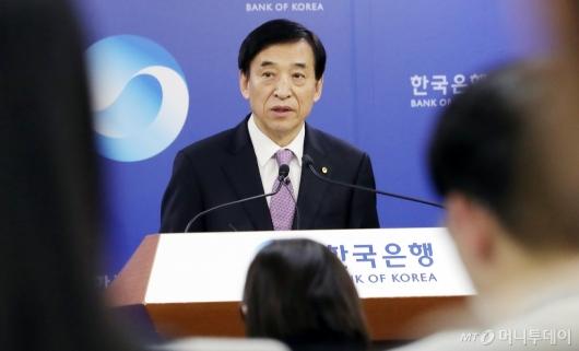 [사진]기준금리 관련 브리핑하는 이주열 총재
