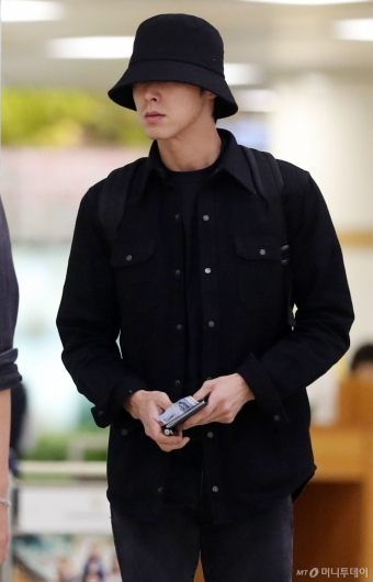 [사진]유노윤호 '깊게 눌러쓴 모자'