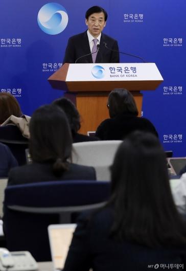 [사진]브리핑하는 이주열 한국은행 총재