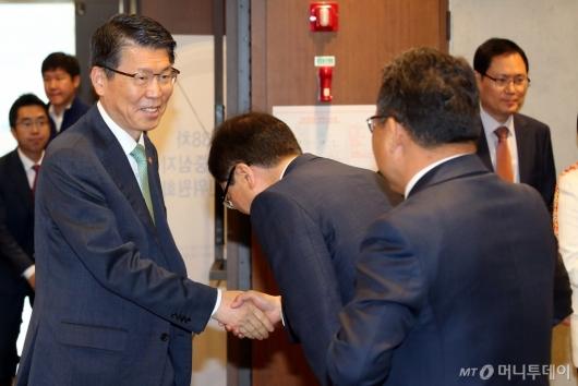 [사진]참석자들과 인사하는 은성수 금융위원장