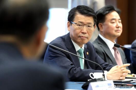[사진]참석자들 인사말 듣는 은성수 금융위원장