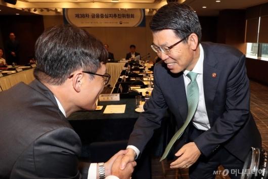 [사진]참석자들과 악수하는 은성수 금융위원장