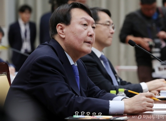 [사진]질의에 답하는 윤석열 검찰총장
