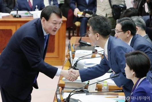 [사진]의원들과 인사 나누는 윤석열 검찰총장