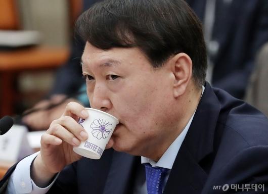 [사진]물 마시는 윤석열