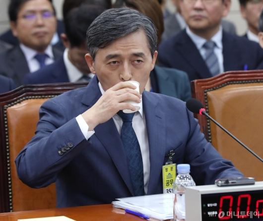 [사진]물 마시는 양승동 KBS 사장