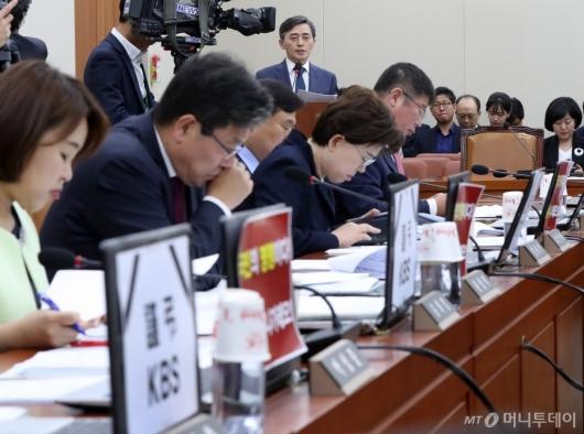 [사진]한국당, KBS 규탄하는 피켓 부착