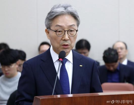 [사진]업무 보고하는 김명중 사장