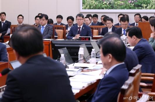 [사진]질의 경청하는 김연철 장관